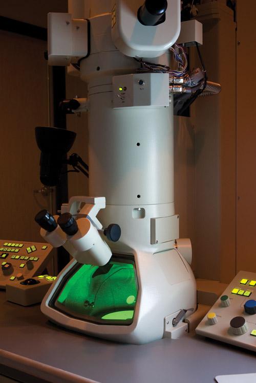 Photograph of an electron microscope.